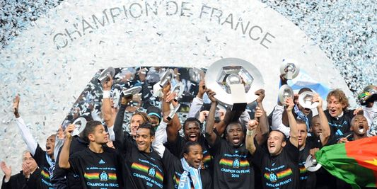 http://irofoot.s3.amazonaws.com/images/photos/article/1352397_3_861f_mamadou-niang-souleve-le-trophee-des.jpg