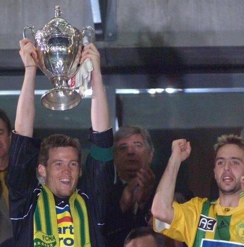 http://irofoot.s3.amazonaws.com/images/photos/article/1999-au-stade-de-france----saint-denis--apr--s-la-victoire-de-son---quipe-face----sedan-par--0--lors-de-la-finale-de-la-coupe-de-fr.jpg
